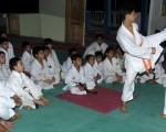 Jordy Posligua (i) y el profesor Carlos Pin en una de las demostraciones de defensa en kumite durante el entrenamiento en la academia ubicada en la ciudadela Los Rosales.