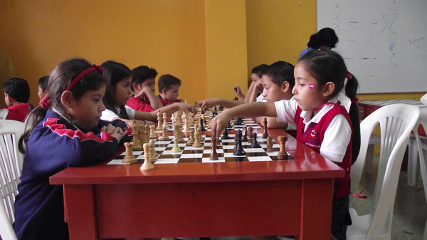 Ariel Sánchez (i) y Romina Rodríguez, alumnas del colegio Americano que intervendrán en el Novatos de Ajedrez. (Guido Manolo Campaña)