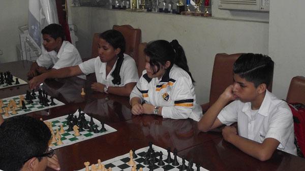 Anthony Merchán (i), Nohelia Román, Michaelle Ayon, Jean Pierre Moreira entrenan ajedrez en el colegio Aguirre Abad. (Guido Manolo Campaña)