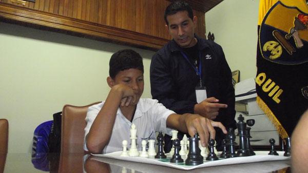 Profesor Darwin Chabla del colegio Aguirre Abad en una de las clases de ajedrez con Ángel Piza. (Guido Manolo Campaña)