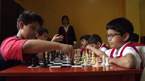 Diego Figueroa (i) y Carlos Tigrero en uno de los entrenamientos que se realizan en el aula de ajedrez del colegio Americano.