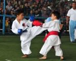 Daniel León (i), de la academia Terán, se enfrentó a Edwin Calle, de la Asociación de Karate del Guayas, en el inicio del Interbarrial de Karate. (Carlos Barros)