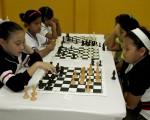 Giulana Graver (i), del SEK, se enfrentó a Yrisis Silva, de la Academia Naval Almirante Illingworth, por el barrial de ajedrez. Guido Manolo Campaña