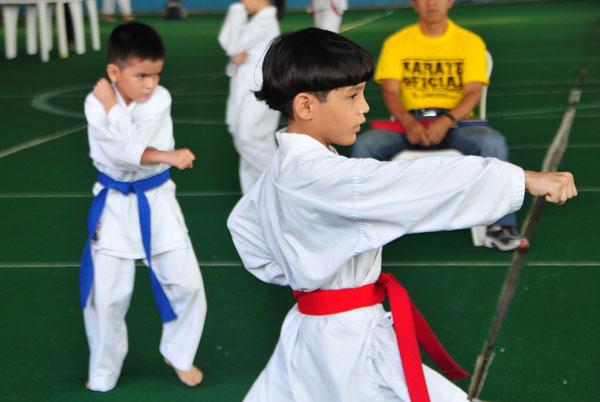 Campeonato interbarrial de karate Javier Boada (Azul) Marlon Rosaly (rojo). (Angel Aguirre)