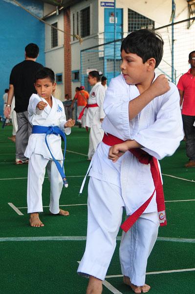 Campeonato interbarrial de karate Carlos Espinoza (Azul) Nahim Meray (rojo). (Angel Aguirre)