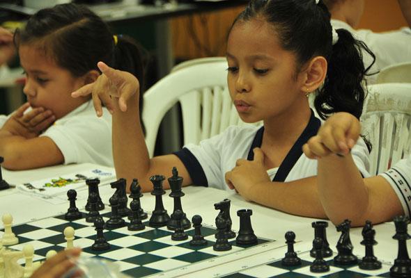 Nathaly Ávila (d), del Santa Luisa Marillac, es una de las participantes del Interbarrial de Ajedrez de EL UNIVERSO. Ángel Aguirre