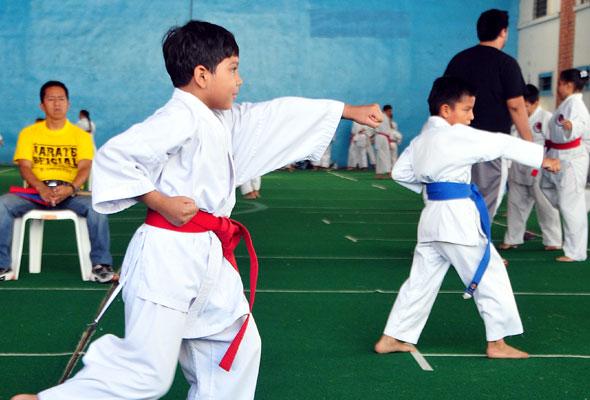 Carlos Espinoza (i), de la Asociación de Karate del Guayas, tuvo el duelo con Nahim Mera, de la Academia Bravos. (Ángel Aguirre)