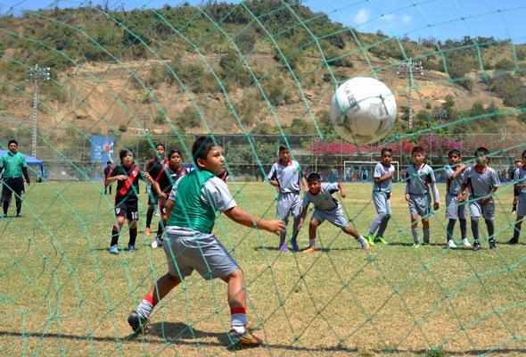 Con buenas acciones se desarrolló el encuentro que River Plate (rojo) ganó a VBI-Guayas, en la sub-11. El arquero militar Milton Pincay atajó de lo mejor.