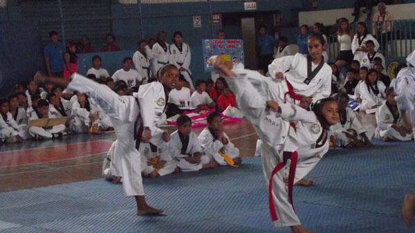 Mell Mina (i) una de las deportistas que interviene en el Campeonato Interbarrial de Taekwondo. (Guido Manolo Campaña)