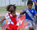 Jugada vibrante. Armando Aguirre (i), de EF Estrellas del Futuro, pelea el balón con Xavier Rodríguez, de Emelec, en la sub-7. Ronald Cedeño