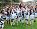 Jugadores del Club Atlético Juventus de Esmeraldas que ganaron 3-2 a Ceibos en la final de la categoría sub-11 con tres tantos de Kike Jahir Baquerizo (10) Jorge Guzmán