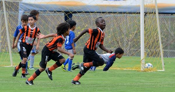 Jeremy Lastra (d) festeja el segundo gol en su cuenta personal con el que la Academia Alfaro Moreno D venció 2-0 al Club Sport Emelec en la final de la categoría sub-8 del Campeonato de Verano. (José Alvarado)