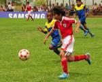 Sebastián Franco, de River Americano, disputa el balón con Karin Peñafiel, de Ceibos, en uno de los juegos del torneo Interbarrial Nacional, que se jugó en noviembre del 2013.
