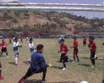 Los jugadores del establecimiento educativo Cedi (rojo) y Santanas FC se preparan a diario para competir en el Invernal de Diario EL UNIVERSO que se jugará en la Ciudad Deportiva. (Cortesía)
