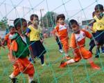 Picardía con el balón. Una amalgama de jugadas brindan los niños en las categorías sub-6 y 7, que atraen por su magnífico juego en cada jornada. Aquí, los bisoños dominadores de Alfaro (anaranjado) y EF Vendaval. (Víctor Serrano)