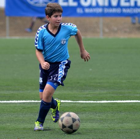 Arian Terán, jugador polifuncional de la EF Carlos Méndez, serie sub-14.