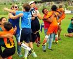 Cariñosas con sus hijos. Es frecuente en el Interbarrial de Fútbol de EL UNIVERSO observar cómo las madres festejan las victorias con sus vástagos. (Ángel Aguirre)