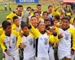 Desbordante alegría. Los jugadores de Más Fútbol Mapasingue, entrenado por el profesor Jorge Haz, conquistaron con méritos la corona en la categoría sub-14. (Ángel Aguirre)