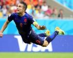Inspiración técnica de Van Persie en el aire conjuga una maniobra que dio origen al mejor gol. (EFE)