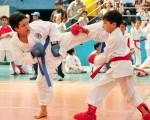 Carlos García (i), del club Pin, se enfrentó a Justin Dávila durante la tercera fecha del XV Campeonato Interbarrial de Karate, que auspicia Diario EL UNIVERSO. (Ángel Aguirre)