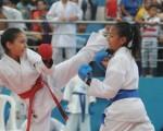 Evelyn Granizo (i) se enfrentó a Valeria Palma en la serie 11 años del torneo barrial de karate. (José Alvarado)