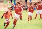 Víctor Rendón, integrante de River Plate Sur, corre airosamente una vez que ha marcado una diana para su equipo.