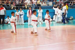 Guido Manolo Campaña Óscar Véliz (i), Carlos Espinoza (c) y Jack Vera, integrantes del equipo de katas de la Asociación de Karate del Guayas que ganó en la competencia por equipos.