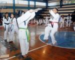 José Beltrán Nell Mina (d), quien empezó su carrera en el Interbarrial de Taekwondo, realizó una demostración de habilidad.