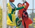 (José Alvarado) Desvió. El buen arquero Johan García de la Escuela de Fútbol Buena Fe, Los Ríos, se emplea a fondo para alejar el peligro en su valla de un ataque de ANAI. Lo apoyan sus compañeros Joel Zambrano y Marlon Triviño (semioculto).