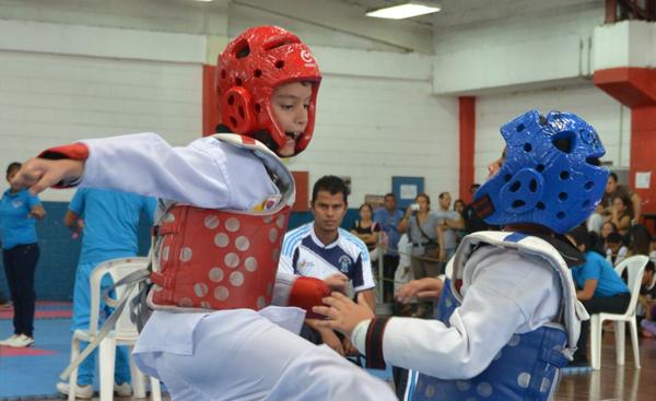 Alexander Vinces (i), de la Universidad Técnica de Quevedo, se enfrentó a Joseph Chanchay, de la Federación de Santa Elena. (Víctor Serrano)