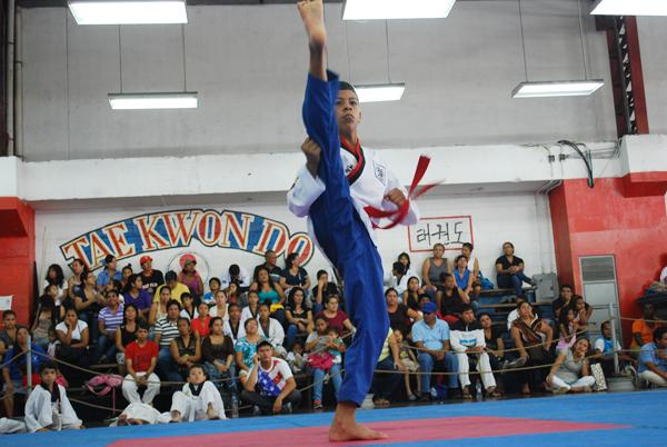 Christian Morán, del club Náutico, en una presentación de poomsae del Interbarrial de Taekwondo.