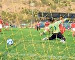 (Víctor Serrano) El delantero Raúl Casanova (d), de River Americano, anotó en la puerta de la Escuela de Fútbol El Nacho, donde el portero Robert Tenorio no pudo evitar la conquista que le dio el triunfo en la sub 13.