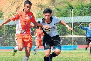 Víctor Mora (2), de Dcompsa, disputa el balón con Jimmy Noriega, de Pupilos de Oro, ambos elencos tienen el sueño de llegar a las finales en la serie sub-18. Al fondo, el árbitro Francisco Méndez. (Ángel Aguirre)