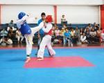 (Guido Manolo Campaña) Cris Torres (i), del Club Náutico, ganó 10-9 a Johannes Heredia, de la Universidad de Quevedo, durante el combate de la división 47-51 kg, categoría prejuvenil, del torneo barrial de taekwondo.