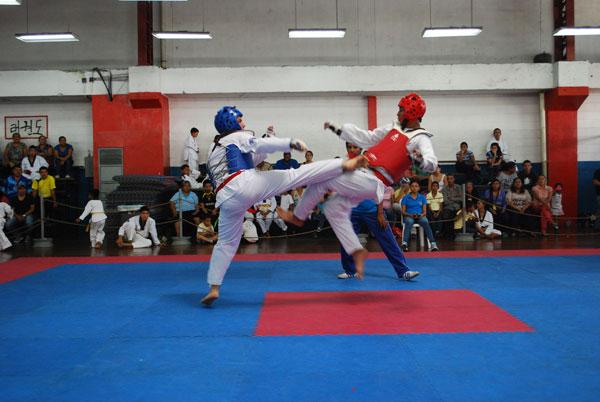 José Hoyos (i), de River Milagro, se enfrentó a Brando Dicado, de Kungang Net, por el Campeonato Interbarrial de Taekwondo. (Archivo)