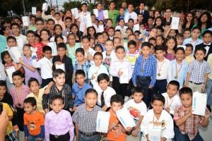 (Francisco Bravo) Grupo de deportistas, de todas las categorías, que intervinieron en la clausura y premiación del Campeonato Interbarrial de Karate que auspicia EL UNIVERSO.