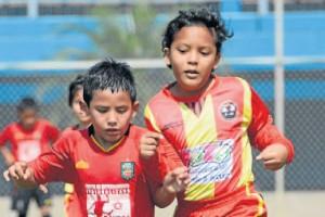 Fervor en la jugada. Los deportistas Esteban Cabrera, del D. Cuenca (i), y Fernando Zambrano, de Alfaro, protagonizaron un buen juego en la serie sub-8. (José Alvarado)