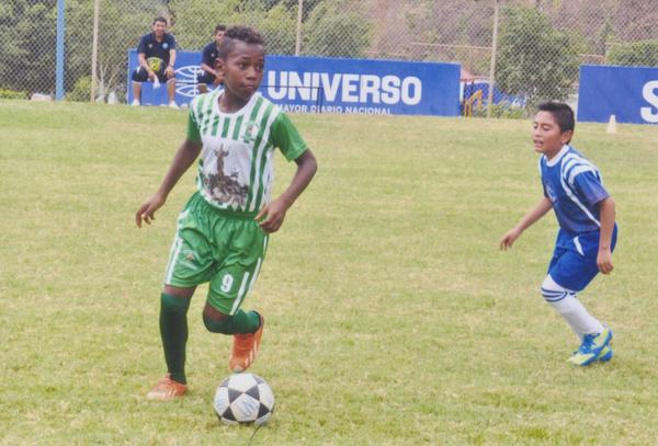 Jhonny Castillo es una de las figuras que milita en la sub-12 del Ciudad de Quinindé.