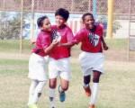 (Foto de José Alvarado) Volverán a festejar. En el Invernal, los jugadores del Independiente del Valle, Herán Ocaña (I), Jeremy Valencia y Émerson Pata, tras celebrar un gol.