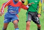 Se inicia la contienda. La fecha de hoy y mañana crea expectativa por los partidos vibrantes y por las garras de los jugadores como Álex Gruezo (i), de Unión 25, y Jordan Valencia, de Álamos Norte. (José Alvarado)
