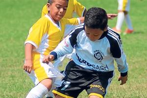 Buen marcaje el que impone el defensa Elkin Espinoza, de Banife Fútbol Club (amarillo), al delantero Orlando Guerrero, del conjunto Orocash, en la sub-10. (Víctor Serrano)