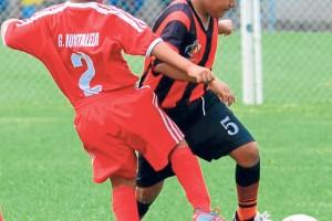 Salida con el balón. La marca es de Geovanny Montaleza (i), de Morales Fútbol Club; Tiago Baque, de Águilas FC, se encamina al área rival para marcar.