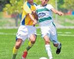 Disputa de balón. Jhon Briones (i), de Independiente de Daule, e Iván Mindiola, de Cooprocelm, disputan el balón en uno de los partidos de la categoría sub-17 y cuyos planteles estarán hoy en las finales del torneo Invernal del 2015.