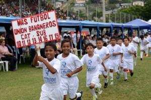 El desfile de más de 15.000 menores marcó ayer el inicio del torneo Interbarrial de fútbol que organiza este Diario. (Víctor Serrano)