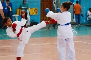 Melanie Reyes (i), del equipo de la Asociación de Karate del Guayas, se enfrentó a Dayanna Espinoza, de la misma asociación, en la división Avanzados, 10 años del Interbarrial de Karate.