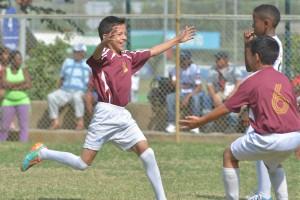 Bryan Caicedo, integrante de Más Fútbol  sub-13, luego de marcar un gol se une al festejo con  su compañero Pedro Posligua.