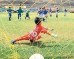 Matías Íñiguez, del Deportivo Cuenca, ejecuta un penalti y concreta pese al esfuerzo del arquero Tiago Jiménez, de la Escuela de Fútbol Ramón Unamuno, en partido disputado por la categoría sub-8 del barrial.