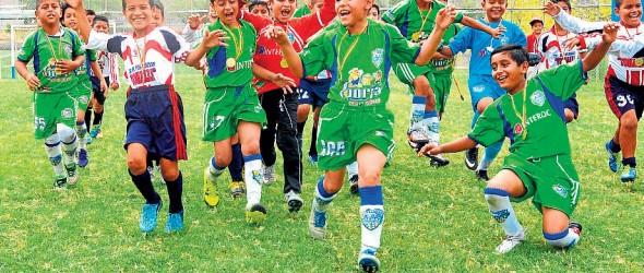 Los jugadores de Orense SC (camisetas verdes), de Machala; y la EF Tohallí, de Manta, celebraron el título que alcanzaron en la disputa de la corona en la categoría sub-10 por el Mundialito de Clubes de Diario EL UNIVERSO.