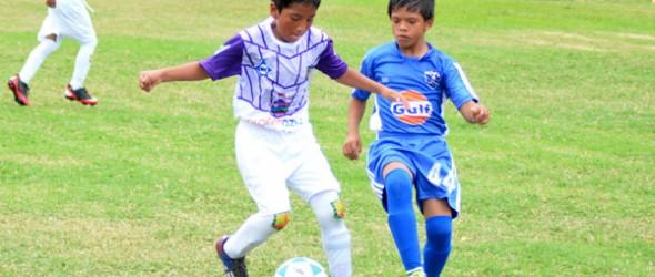 David Bermeo (i), del D. Cuenca, disputa el balón con Joseph Rivas, de EF Unamuno.