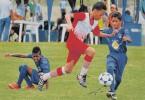 Los jugadores de Deportivo Banife (azul) en una de sus actuaciones durante el Interbarrial de Fútbol.